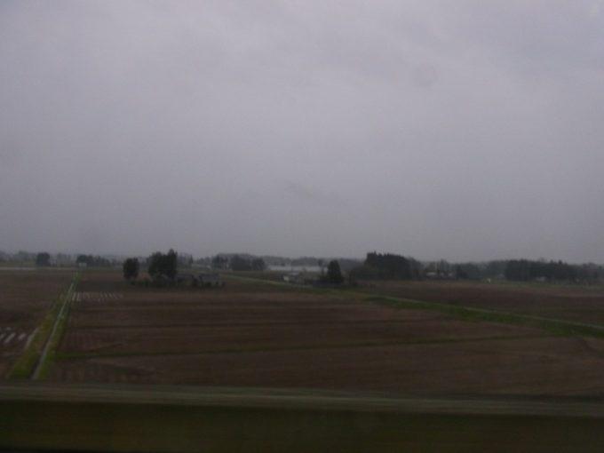 東北新幹線から眺める岩手の田園春の夕暮れ