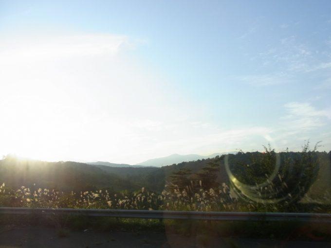 高速バスあぶくま号から眺める秋の西日に照らされた福島の田園風景