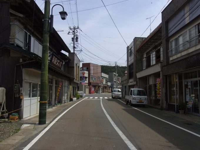 夏の深浦漁村の街並み