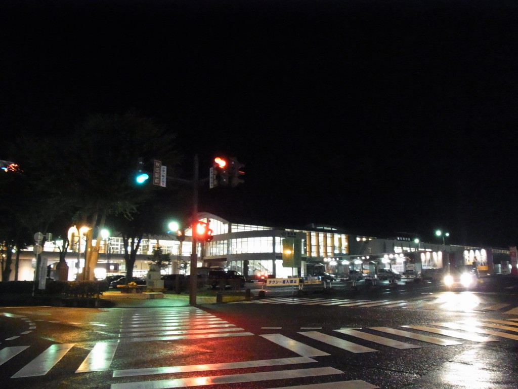 雨の夜の秋田駅