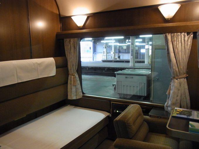寝台特急北斗星ロイヤル部屋いっぱいに広がる大きな窓と重厚なインテリア