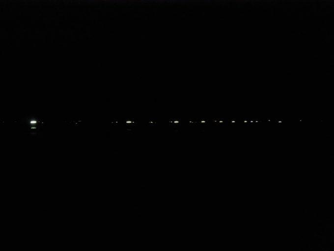 寝台特急あけぼのの車窓を包む夜の闇