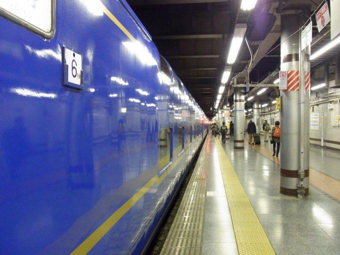 長い道のりを走り終え上野に到着した国鉄型24系25型客車
