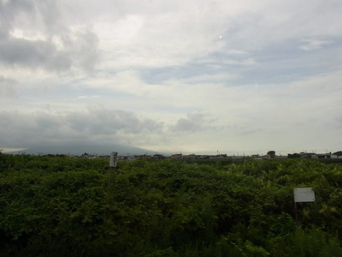 リゾートしらかみ車内で津軽三味線を聞きながらりんご畑と岩木山を眺める車窓