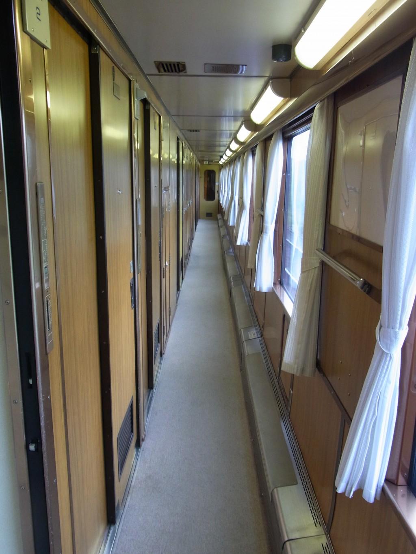 寝台特急北斗星個室の並ぶ廊下