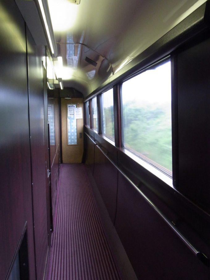 寝台特急北斗星食堂車の重厚な廊下