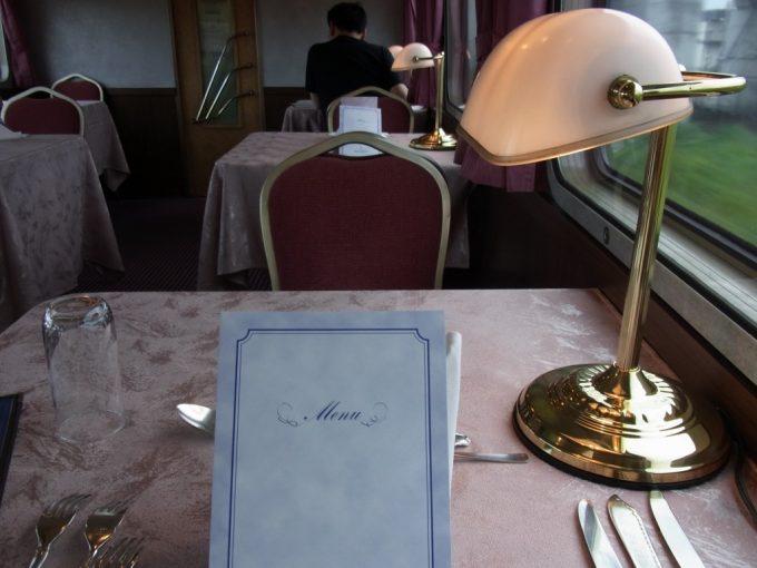 寝台特急北斗星食堂車グランシャリオきれいにセッティングされたテーブル