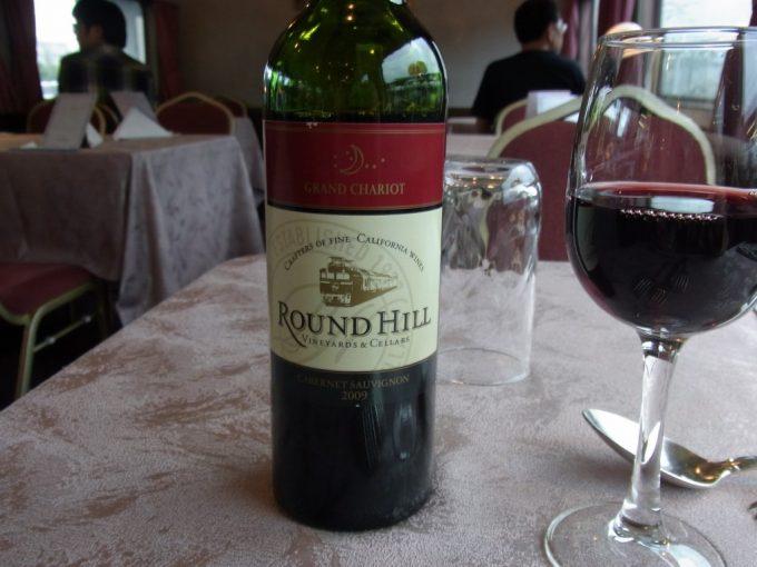 寝台特急北斗星食堂車グランシャリオでラウンドヒル赤ワイン