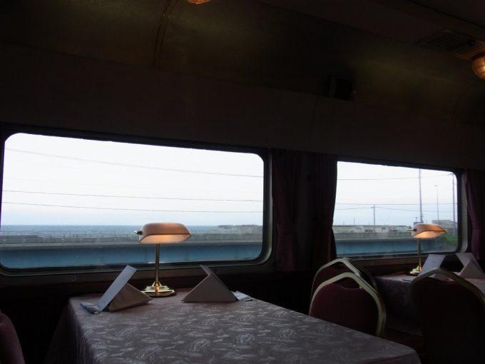 寝台特急北斗星食堂車グランシャリオ青い噴火湾を眺めながらのディナータイム