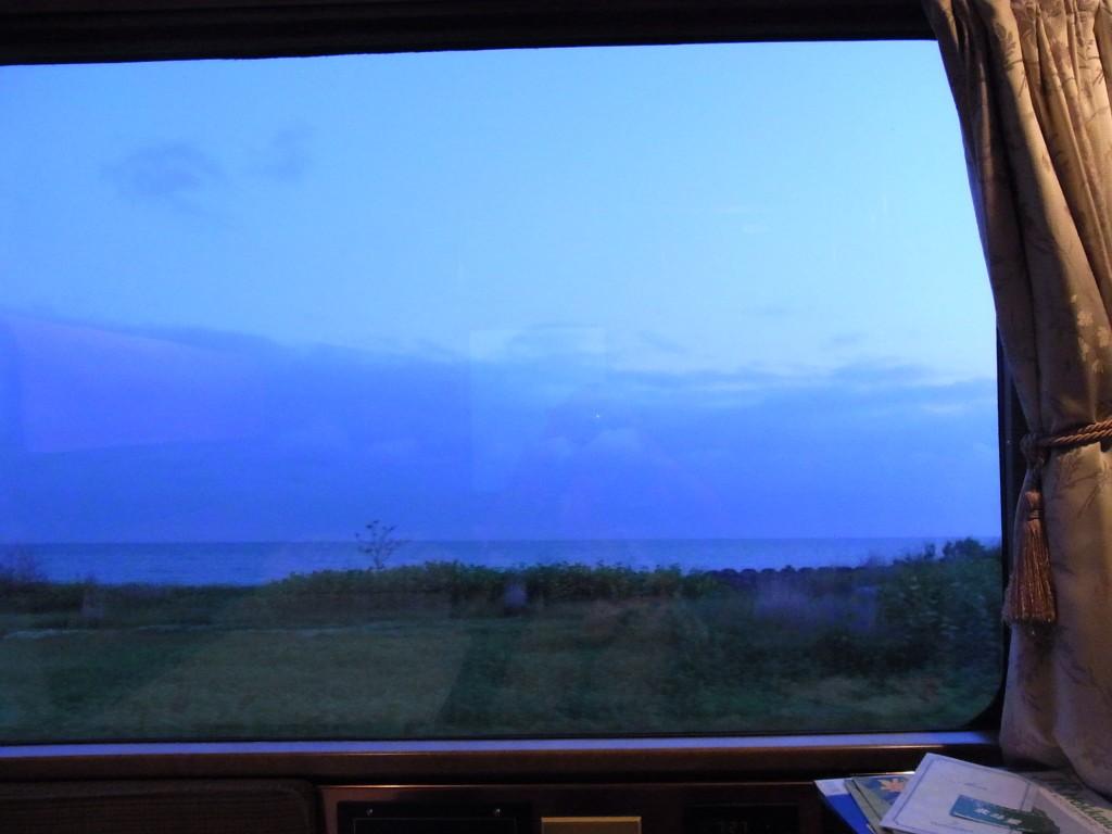 寝台特急北斗星暮れなずむロイヤルの車窓