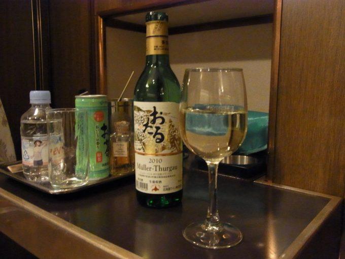 寝台特急北斗星ロイヤルウェルカムドリンクのおたる白ワインで乾杯