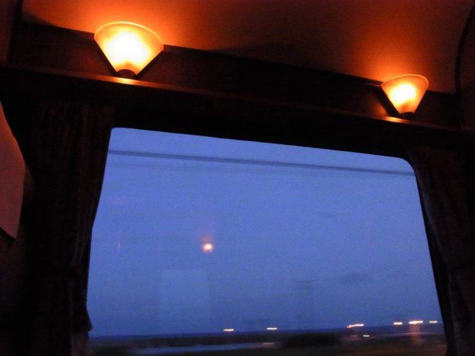 寝台特急北斗星夜が迫るロイヤルの車窓