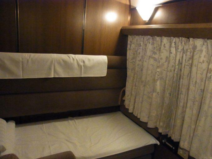 寝台特急北斗星ロイヤルベッドメイキングした重厚な客室