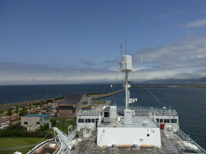 海峡の女王青函連絡船八甲田丸より夏の青森港を望む