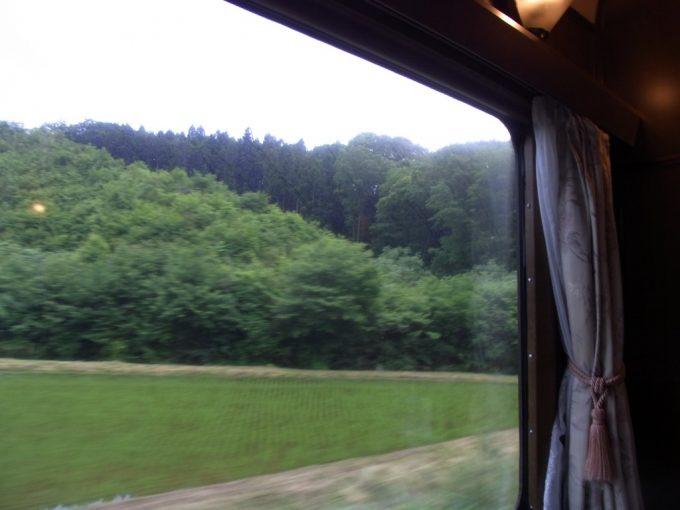 北斗星ロイヤル広い窓に広がる東北の緑