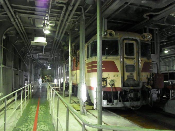 青函連絡船八甲田丸車両甲板に展示されたキハ82