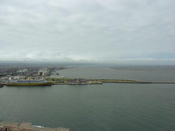 青森観光物産館アスパム展望台から眺める青森港