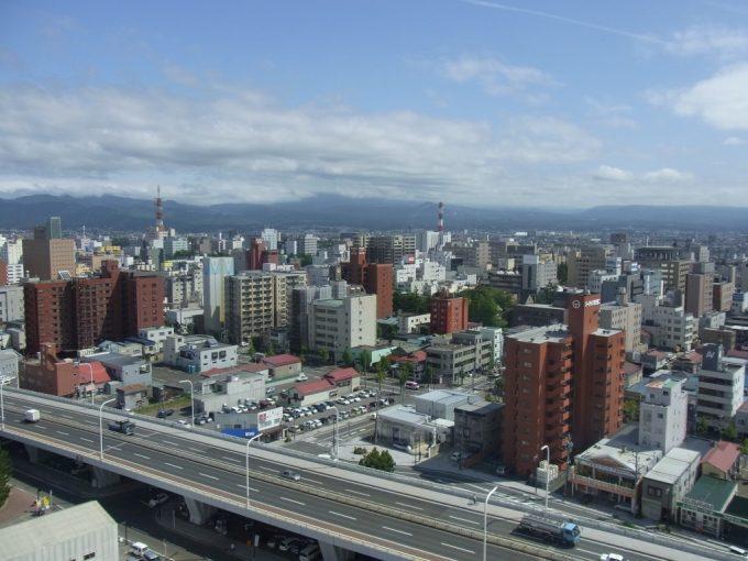 青森観光物産館アスパム展望台から眺める夏の八甲田山