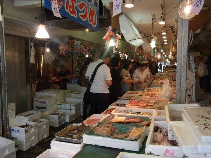 青森魚菜センター活気ある市場内