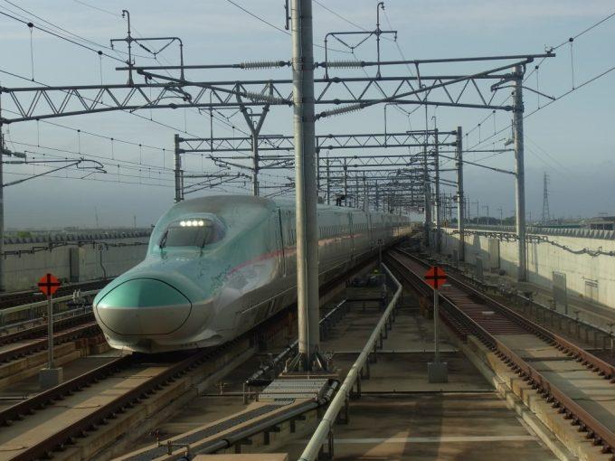 E5系はやて新青森駅入線
