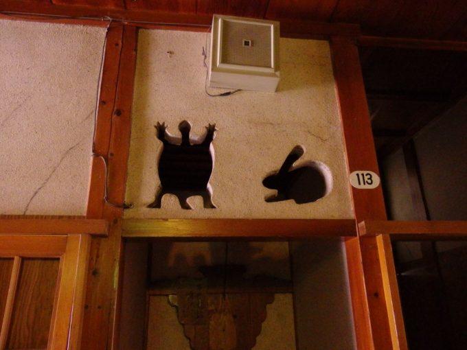 瀬見温泉喜至楼うさぎとかめの壁装飾