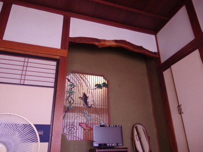 瀬見温泉喜至楼室内を彩る鯉の滝登りの装飾