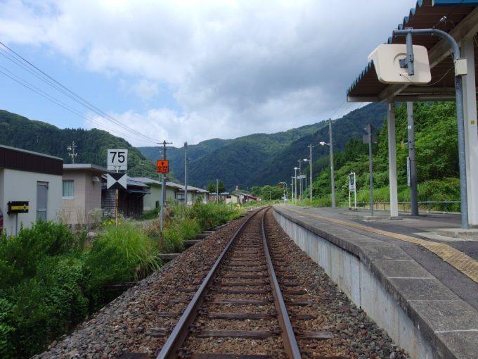 夏の陸羽東線瀬見温泉駅ローカル線の停車場の風情