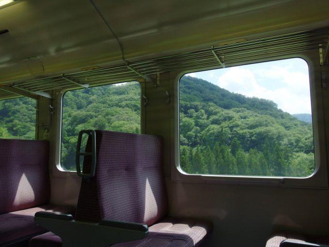 夏の緑が溢れる陸羽東線車内
