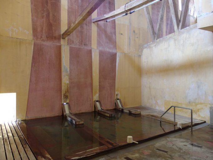鳴子温泉早稲田桟敷湯独特な雰囲気の浴場