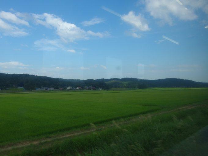陸羽東線の車窓を彩る夏の東北緑の田んぼ