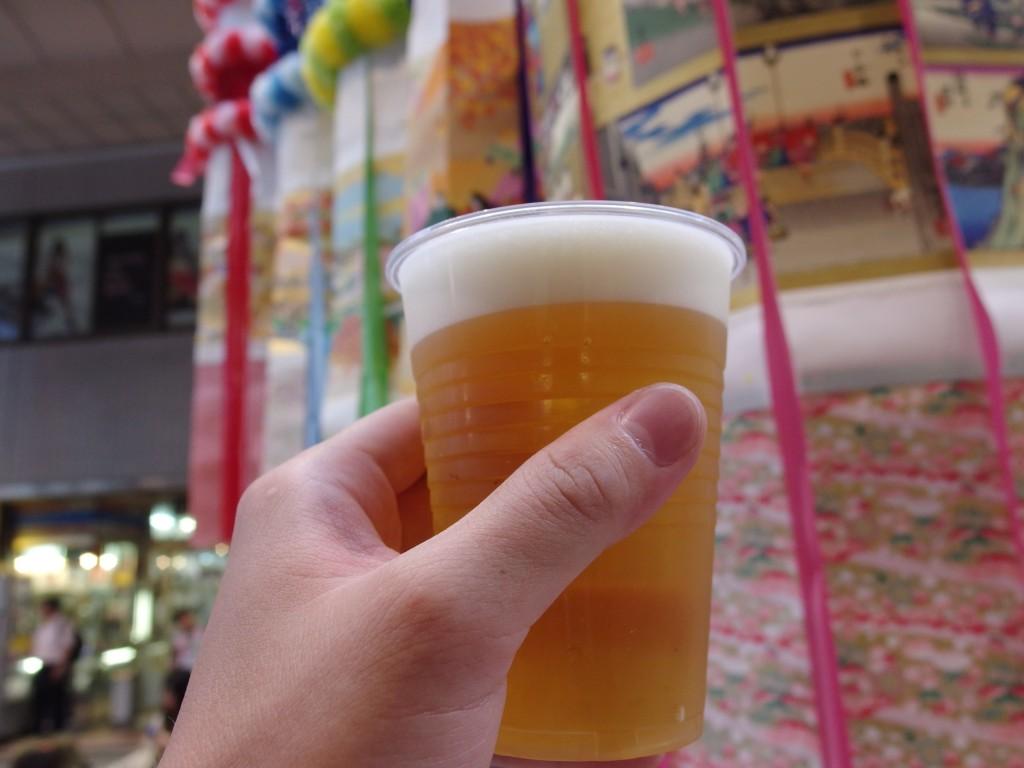 生ビール片手に歩く仙台七夕まつり