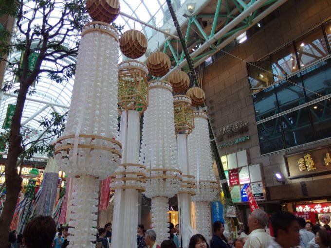 木材と白い吹き流しが美しい仙台七夕飾り