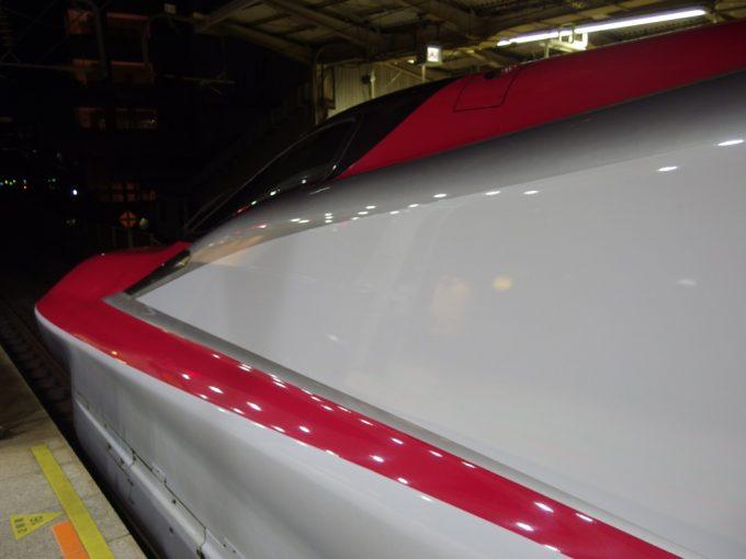 シルバーと赤のラインが美しいE6系こまち