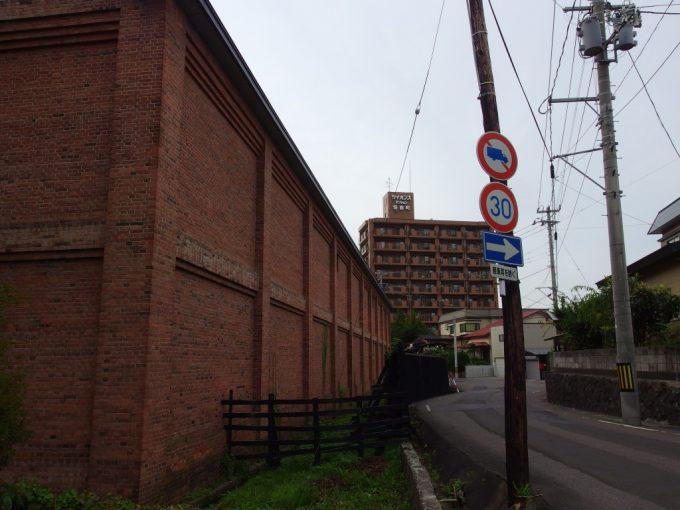 弘前吉井酒造煉瓦倉庫と木の電信柱