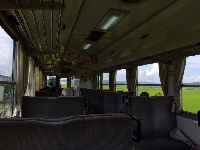 田んぼの緑色に染まる秋田内陸線夏の車窓