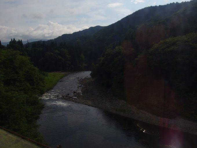 秋田内陸縦貫鉄道車窓川と秋田杉の森