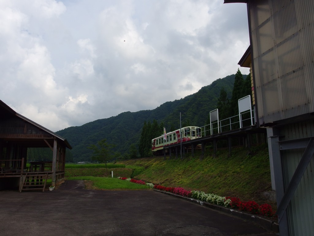 秋田内陸縦貫鉄道阿仁マタギ駅を去る単行のディーゼルカー