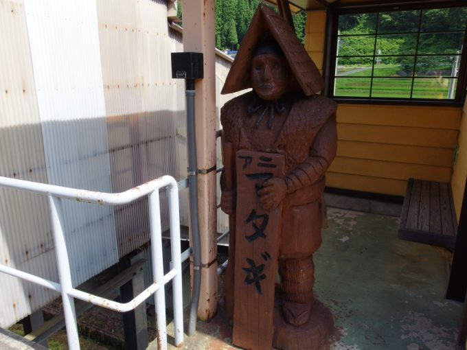 秋田内陸縦貫鉄道阿仁マタギ駅木彫りのマタギ像