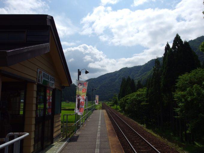 秋田内陸縦貫鉄道阿仁マタギ駅夏色のホーム