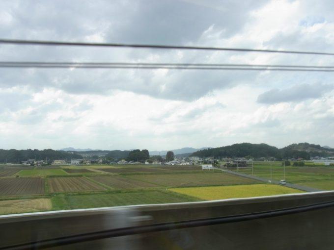初秋の東北新幹線色づく田んぼの車窓