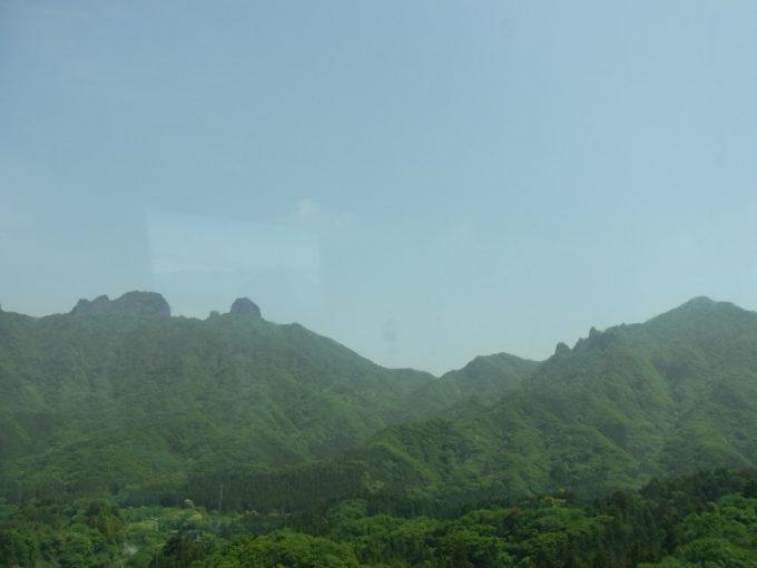 高速バス車窓から眺める上州の山並み