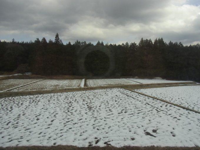 春まだ浅い薄い雪化粧の栃木の田んぼ