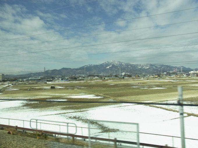 東海道新幹線車窓を流れる雪化粧の丹沢