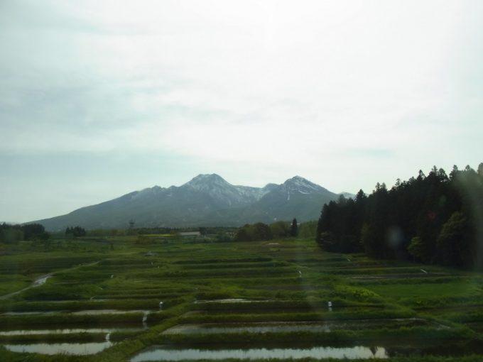 高速バス車窓に迫る信州の山並み