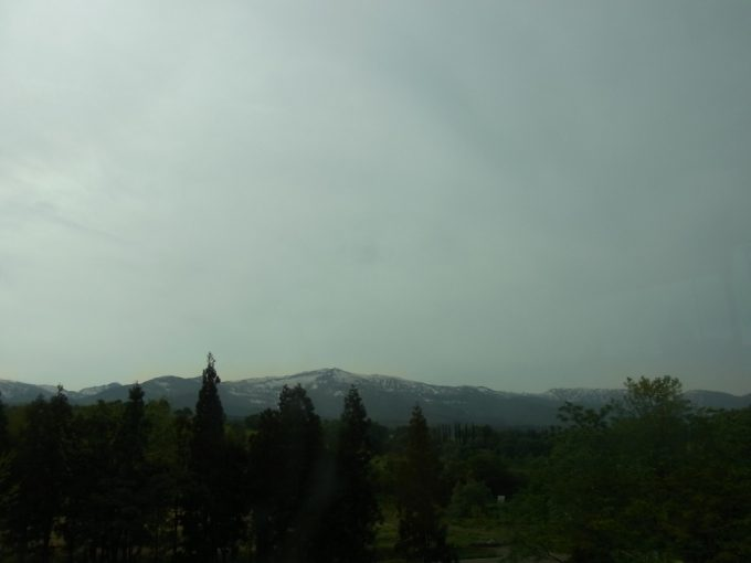 初夏の上信越道白い山並み