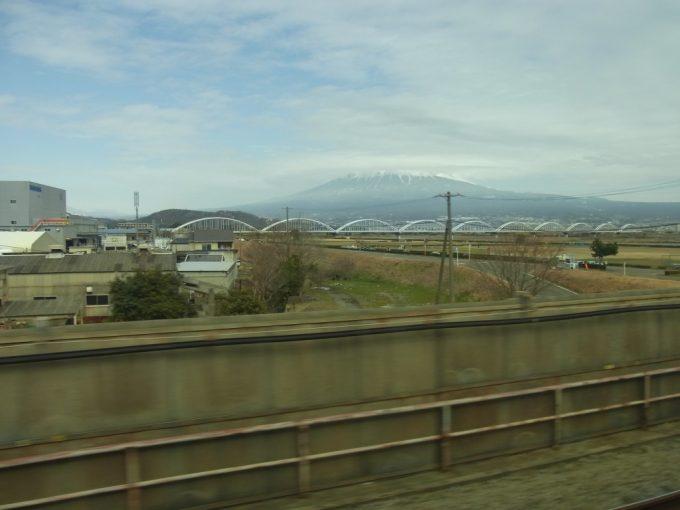 東海道新幹線車窓に広がる富士山