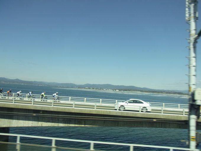 東海道新幹線から眺める冬晴れの浜名湖とサイクリスト