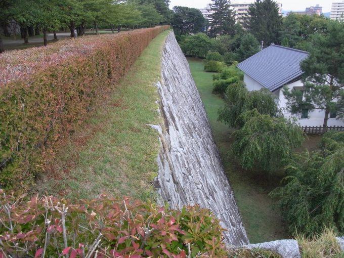初秋の盛岡城跡石垣を彩る生垣
