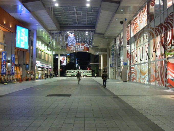 熊本夜のアーケードと市電