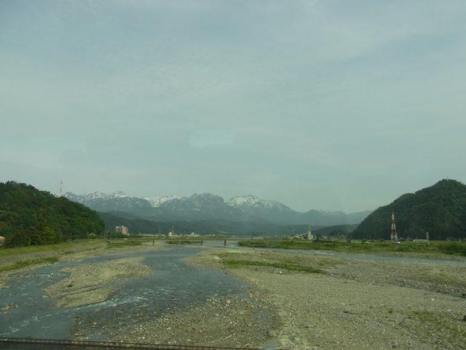 車窓に迫る残雪の山